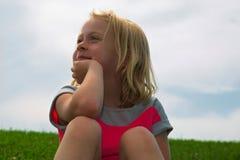 Kleines träumendes Mädchen Stockfoto