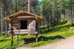 Kleines traditionelles Blockhaus auf in denen hölzernen Beiträgen der Sami I Lizenzfreie Stockfotografie