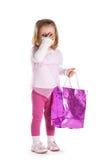 Kleines trauriges Mädchen mit Einkaufstasche Stockfotografie