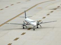 Kleines Triebwerkflugzeug auf Laufbahn Stockbild