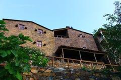 Kleines typisches Bergdorf des Schiefers Stockbild