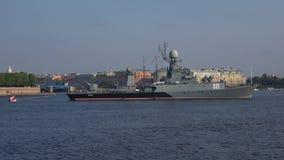 Kleines U-Boot-Abwehrschiff 'Kazanets im Neva St Petersburg stock footage