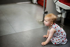 Kleines unglückliches Kind, verloren, allein verlassen und Wartehilfe stockbilder