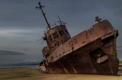 Kleines verlassenes Schiff nahe der Küste Stockfotos