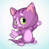 Kleines violettes nettes Kätzchen, das seine Hand zeigt Purpurrotes gestreiftes Katzensitzen Der kleine Junge unzufrieden gemacht Stockbild