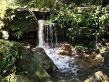 kleines Wasserfallen lizenzfreie stockfotografie