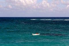 Kleines weißes Boot alleine auf einem Türkis-Ozean lizenzfreies stockfoto