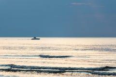 Kleines weißes Schiff im Meer Stockfotos