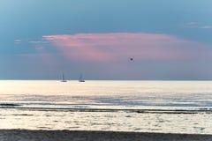 Kleines weißes Schiff im Meer Stockbilder