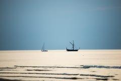 Kleines weißes Schiff im Meer Stockfotografie
