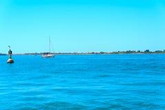 Kleines weißes Schiff in Meer auf Gift der Hintergrund in Venedig Lizenzfreies Stockbild