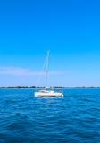 Kleines weißes Schiff in Meer auf Gift der Hintergrund in Venedig Stockbild