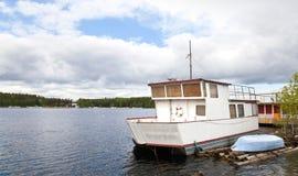 Kleines weißes verankertes Boot Stockbild