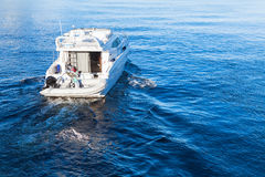 Kleines weißes Vergnügensmotorboot lizenzfreies stockbild