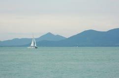 Kleines weißes Yachtsegeln auf dem Meer Stockbilder
