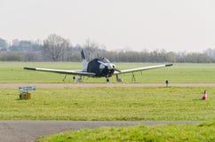 Kleines-weiß blaues Sportflugzeug-beim Startvorgang Blick auf Lizenzfreies Stockbild