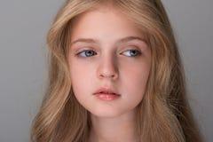 Kleines weibliches Kind glaubt Traurigkeit stockfotografie