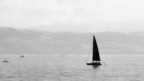 Kleines Yachtsegeln auf dem Bodensee, Deutschland im Monochrom Lizenzfreie Stockbilder