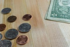 Kleingeld en Dollarrekening op Lijst stock afbeelding