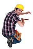 Kleinhandelaar die een moersleutel met behulp van Royalty-vrije Stock Fotografie