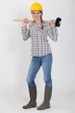 Kleinhandelaarster die een houten hamer draagt Stock Foto's