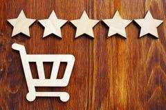 Kleinhandels en het kopen beoordeling en overzicht Boodschappenwagentje en 5 sterren royalty-vrije stock foto