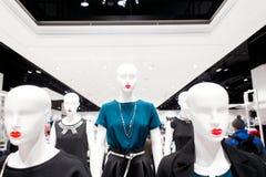 Kleinhandels het winkelen opslag met meisjesledenpoppen gekleed in zwart-witte bedrijfskleren royalty-vrije stock foto's