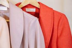 Kleinhandels - klerenspoor met kleurrijke lagen stock fotografie