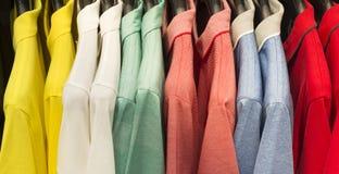 Kleinhandels - klerenspoor met overhemden stock foto's