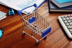 Kleinhandels marketing Boodschappenwagentje op een bureau stock foto
