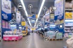 Kleinhandels marketing kanalene-commerce het Winkelen automatiseringsconcept op vage supermarktachtergrond royalty-vrije stock afbeeldingen