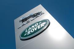 Kleinhandels van het embleem van het embleem van het merk ` Jaguar ` en ` Rover ` het Britse merk van auto'ssignage op toonzaal Royalty-vrije Stock Afbeeldingen
