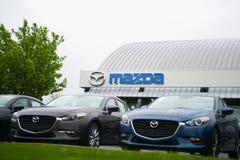 Kleinhandels van Mazda-embleem op opslagvoorzijde stock fotografie