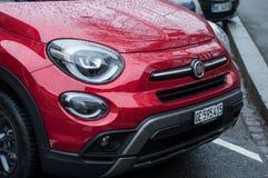 kleinhandels van regen zien op de dalingen op rode toestemming 500X geparkeerd in de straat uit royalty-vrije stock fotografie