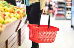Kleinhandels, verkoop en consumentismeconcept Klant in supermarkt royalty-vrije stock afbeelding