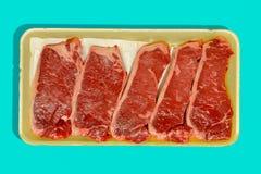 Kleinhandels verpakking met vijf ruwe vlakke ijzerlapjes vlees stock afbeeldingen