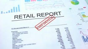 Kleinhandels vertrouwelijk rapport, hand het stempelen verbinding over officieel document, statistieken stock foto