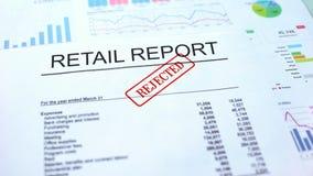 Kleinhandels verworpen rapport, hand het stempelen verbinding over officieel document, statistieken stock fotografie