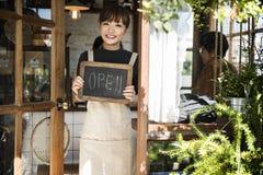 Kleinhandels Welkome Bericht Kleinhandelsfront concept van de koffie het Open Winkel stock foto's