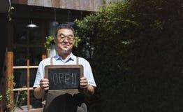 Kleinhandels Welkome Bericht Kleinhandelsfront concept van de koffie het Open Winkel stock fotografie