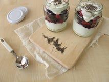 Kleinigheid met gespannen yoghurt, bessen en chiazaden royalty-vrije stock foto's