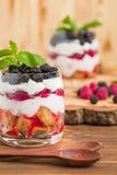 Kleinigheids dichte omhooggaande fotografie met vers multi gelaagd dessert met zuivel en rijpe frambozen en braambessen royalty-vrije stock afbeeldingen