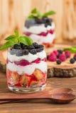 Kleinigheids dichte omhooggaande fotografie met vers multi gelaagd dessert met zuivel en rijpe frambozen en braambessen stock foto's