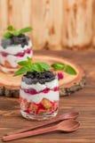Kleinigheids dichte omhooggaande fotografie met vers multi gelaagd dessert met zuivel en rijpe frambozen en braambessen stock afbeeldingen