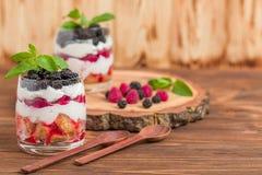 Kleinigheids dichte omhooggaande fotografie met vers multi gelaagd dessert met zuivel en rijpe frambozen en braambessen royalty-vrije stock afbeelding
