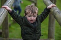 Kleinkind auf Brücke lizenzfreies stockbild