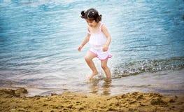 Kleinkind auf dem Lack-Läufer Stockbilder