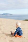 Kleinkind auf dem Strand Stockbilder