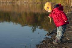 Kleinkind auf dem Teich Stockfotografie