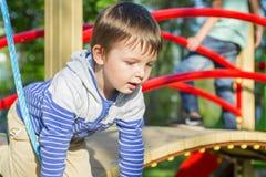 Kleinkind auf einem Spielplatz Kind, das draußen im Sommer spielt Kinderspiel auf Schulhof Glückliches Kind im Kindergarten oder  stockbilder